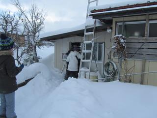 漆山小学校6年生が地区の高齢者に年賀状をお届け、除雪のお手伝いをしました。
