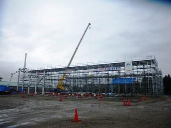 寒河江市多目的運動場の鉄骨建方が始まりました。